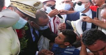 رئاسة الحكومة هشام المشيشي يقدم واجب العزاء لعائلة الشهيد سامي المرابط أثناء حضوره موكب الدفن