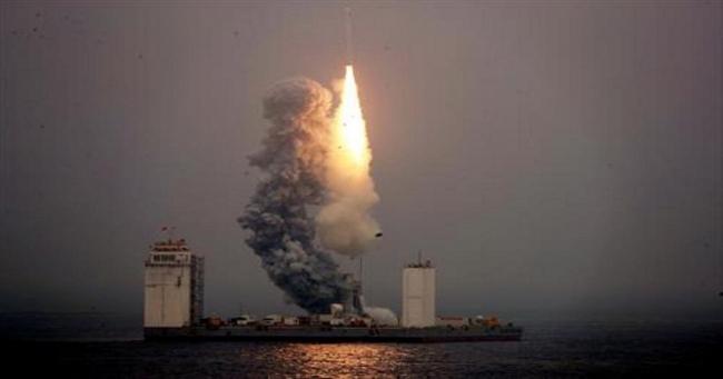 الصين تنجح في أول إطلاق تجريه لصاروخ فضائي من منصة في البحر